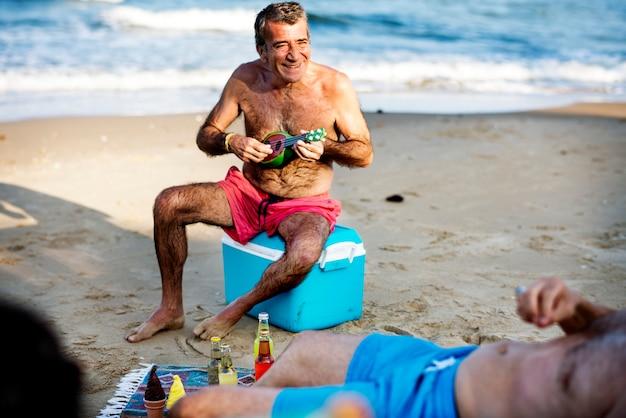 Amigos mayores que cuelgan en la playa