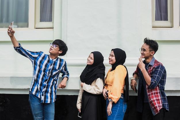 Amigos millennials felices que toman selfie para la historia de la red social