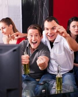 Amigos, mirando tele