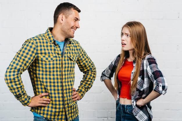 Amigos mirándose y discutiendo