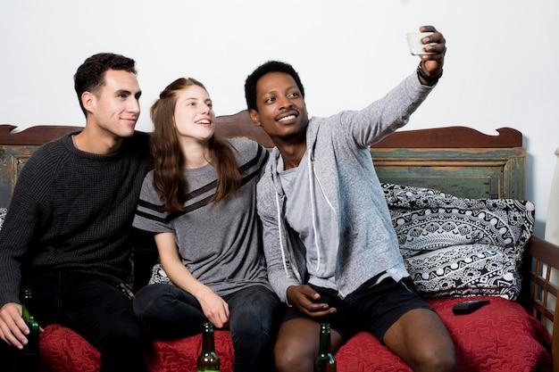 Amigos multiculturales haciendo una selfie
