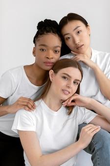 Amigos multiétnicos juntos tiro medio