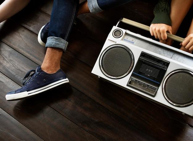 Los amigos de la música de radio unen el concepto casual de las adolescencias del estilo