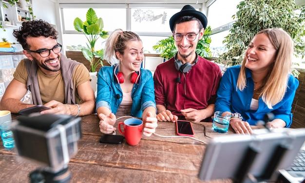 Amigos nativos digitales que comparten videos en la plataforma de transmisión con la cámara del teléfono web