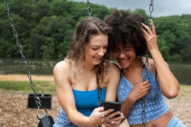 Amigos pasando tiempo de calidad juntos al aire libre