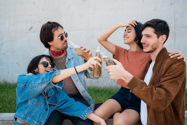 Amigos pasar un buen rato juntos mientras beben cerveza.
