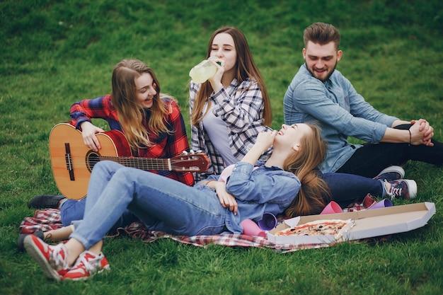 Amigos en un picnic