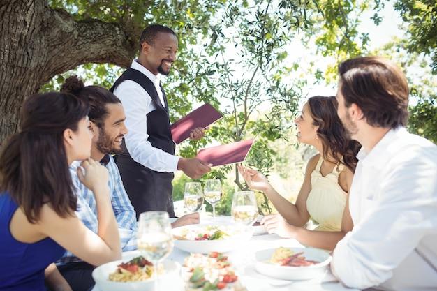 Amigos poniendo orden al camarero