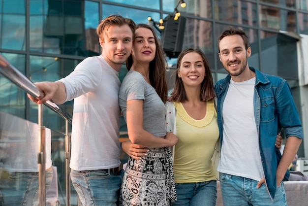 Amigos posando en una fiesta en la terraza