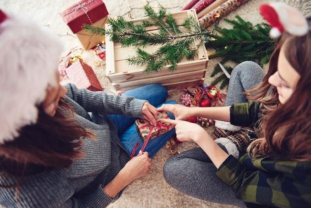 Amigos preparando regalos para navidad