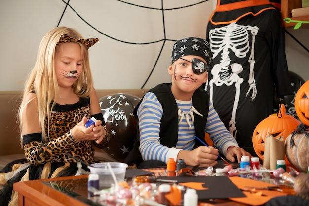 Amigos preparándose para halloween