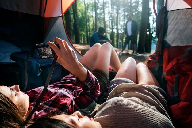 Amigos que acampan relajan concepto del fin de semana de vacaciones