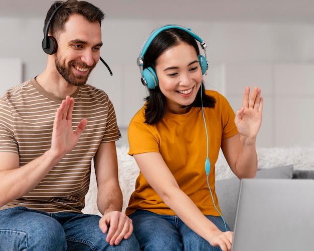 Amigos que asisten a clases en línea juntos