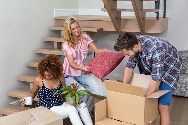 Amigos que ayudan a mudarse a una casa nueva