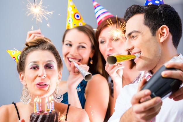 Amigos que celebran o año nuevo víspera de cumpleaños