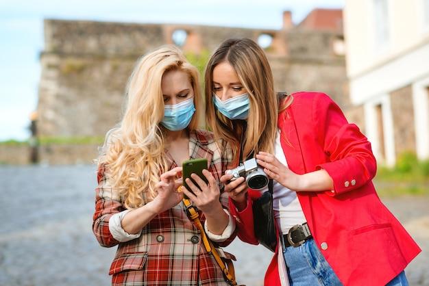 Amigos que viajan juntos por europa durante la pandemia