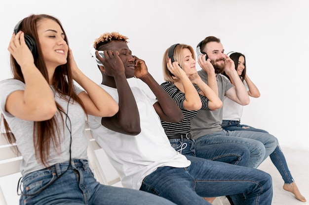 Amigos relajantes mientras escuchan música