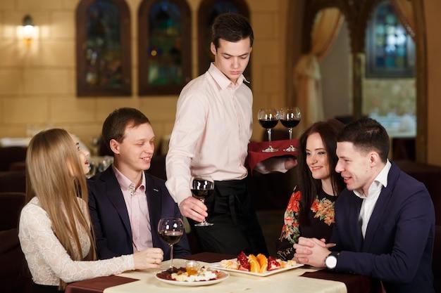 Amigos en un restaurante bebiendo vino.