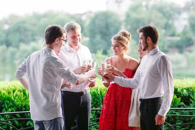 Amigos en el restaurante haciendo un brindis