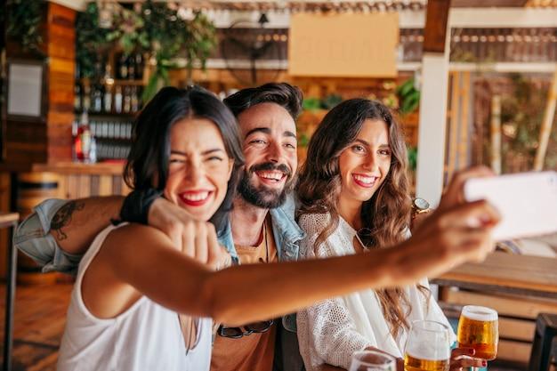 Amigos riendo haciendo un selfie
