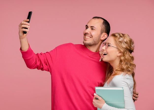 Amigos riendo mientras toman selfie