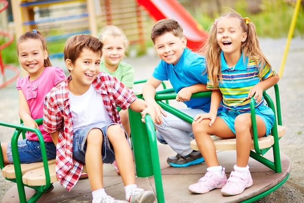 Amigos riendo en el parque infantil
