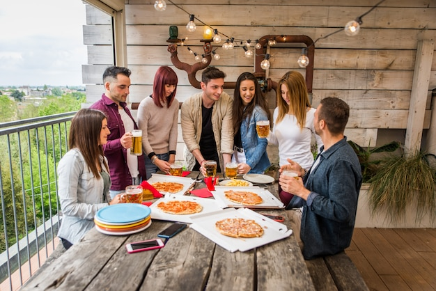 Amigos sentados comida para llevar