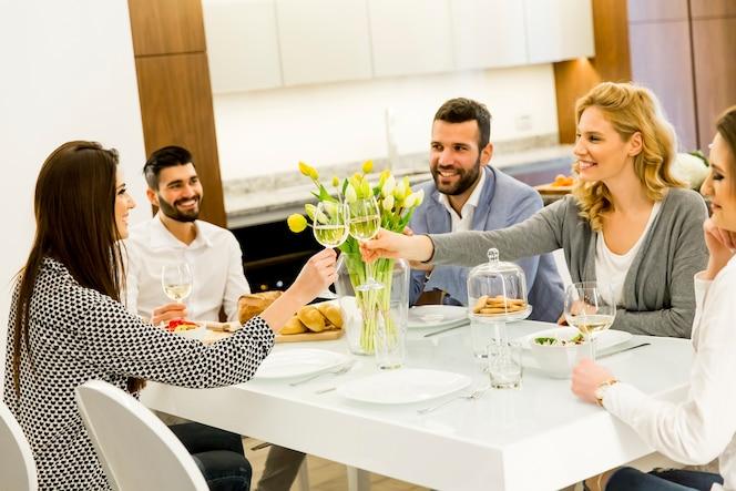 Amigos sentados en una mesa de comedor celebrando