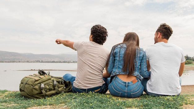 Amigos sentados juntos en la playa