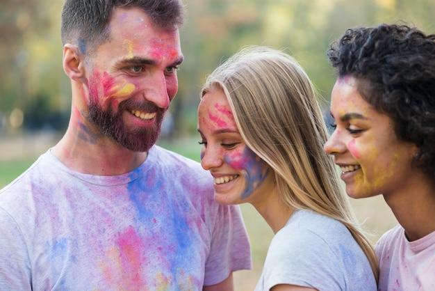 Amigos sonriendo mientras posa en el festival