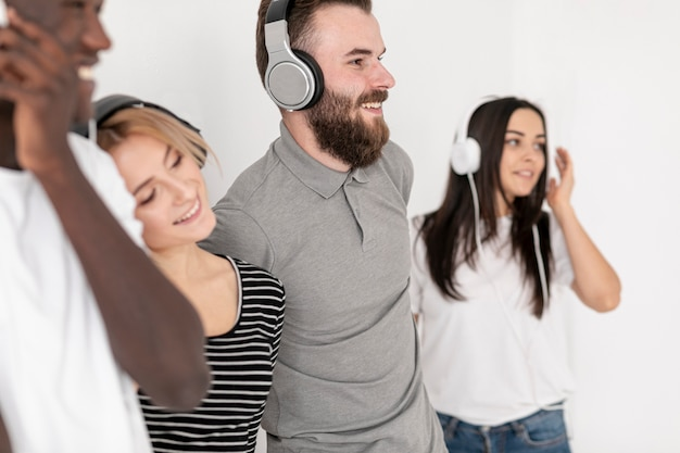 Amigos sonrientes de alto ángulo con auriculares