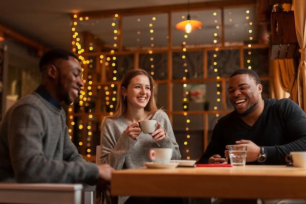 Amigos sonrientes disfrutando el tiempo juntos