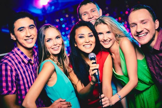Amigos sonrientes listos para cantar