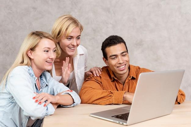 Amigos sonrientes teniendo una videollamada
