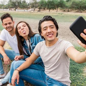 Amigos sonrientes tomando selfie