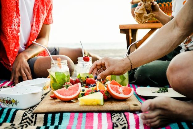 Amigos teniendo un picnic en la playa