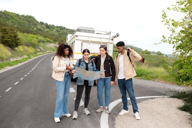 Amigos de tiro completo viajando con mapa
