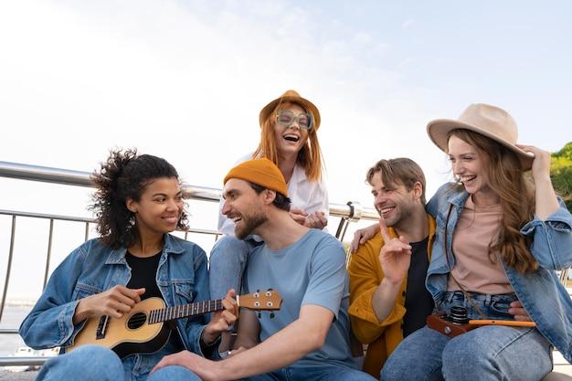 Amigos de tiro medio escuchando música