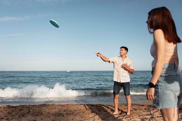 Amigos de tiro medio con frisbee