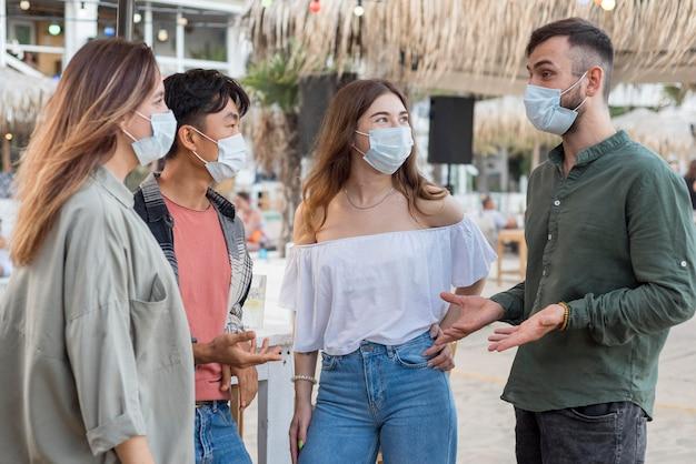 Amigos de tiro medio con máscaras