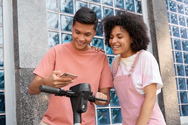 Amigos de tiro medio mirando smartphone