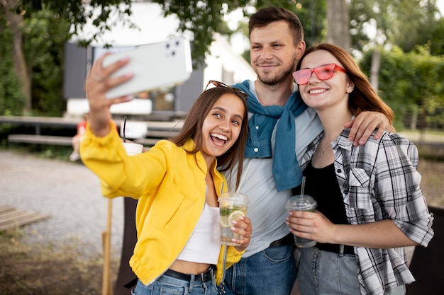 Amigos de tiro medio tomando selfies