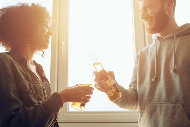 Los amigos toman una cerveza en un día soleado. concepto de amistad y pareja