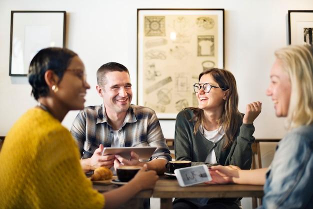 Amigos tomando café en una cafetería