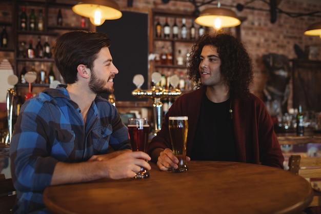 Amigos tomando cerveza en el pub