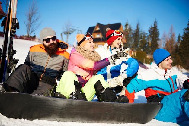 Amigos tomando un descanso en la pista de esquí