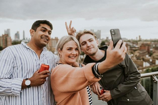 Amigos tomando un selfie grupal