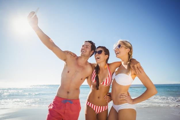 Amigos tomando selfie en playa