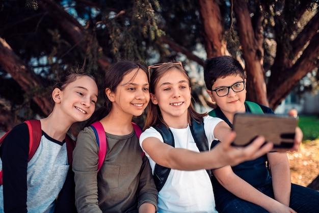 Amigos tomando selfie con teléfono inteligente