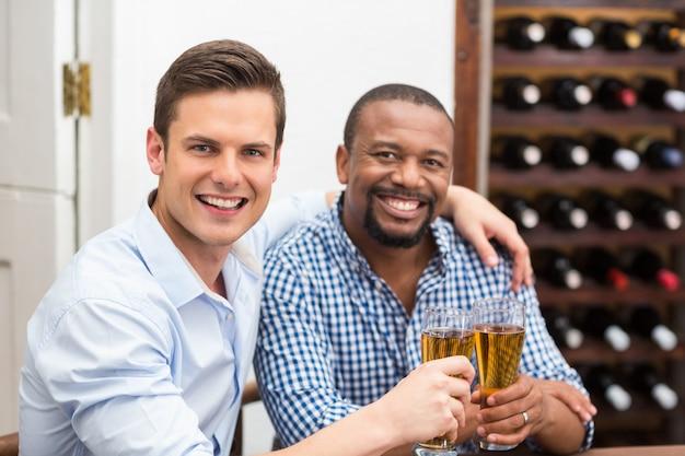 Amigos tostado vasos de cerveza